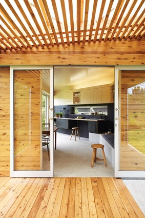 A bend in the kitchen wall directs the space towards the view.