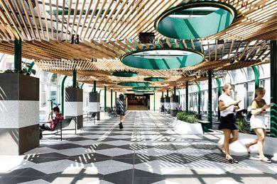 桥的上层被改造成绿色空间,有蜿蜒的植物床。固定的双筒望远镜让游客有机会看到繁忙的朗斯代尔街。