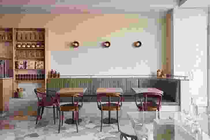 通过Porta进入,欢迎顾客进入用餐区,该地区提供宴会,该宴会转向商品搁架。