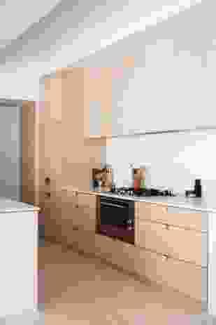 在厨房,白色的砖和石灰石反映了住宅的外部材料颜色。摄影:林登自由/开源软件。