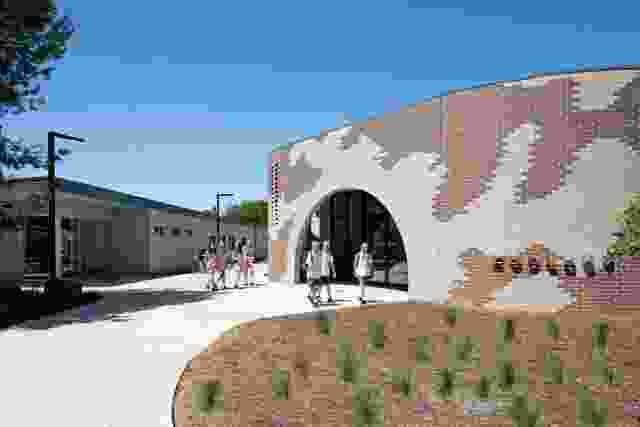 Lilydale高中的动物学和行政大楼形成了学校在墨尔本郊区的新入口。