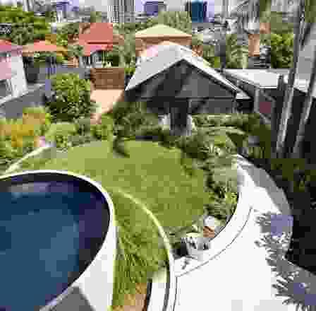 一个水下游泳池是由一个混凝土水箱吊到工地上,用马赛克铺成的。