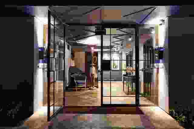 较低的地面大厅位于建筑的一侧,位于一个新创建的巷道中。