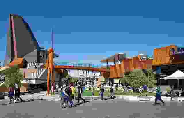 广场的设计融合了建筑、景观和艺术,包括一座9米高的雕塑Wirin,由Tjyllyungoo(又名Lance Chadd)设计,并与Big Spoon art Services的斯图尔特·格林(Stuart Green)合作雕刻。