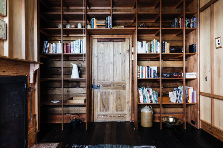 Timber dowels support Tasmanian oak shelves in the library and oak ply lines the walls.
