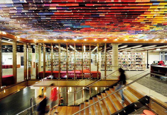 在QUT Kelvin Grove图书馆,由数百个旧书封面做成的天花板为楼梯增添了戏剧性。