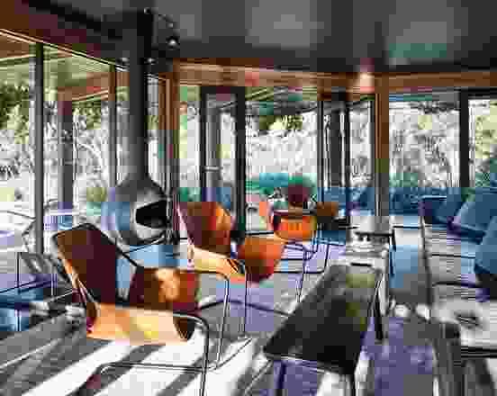 俯瞰着葡萄园,酒休息室配有舒适的皮革休息室,皮革臂扶手椅,陶瓷侧桌和黑色橡木桌。