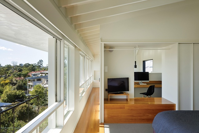 A gallery runs along the northern edge of the upper floor to open the main bedroom, ensuite and study to the view.