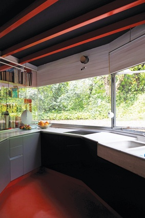 Functions of the Selgas Cano office blend into the family home. For example, lunch for the employees is prepared in the kitchen of the Silicon House.