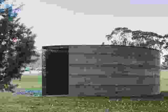该设计能够多种读数,留下游客的空间,参与纪念馆的含义,协作和同理心。