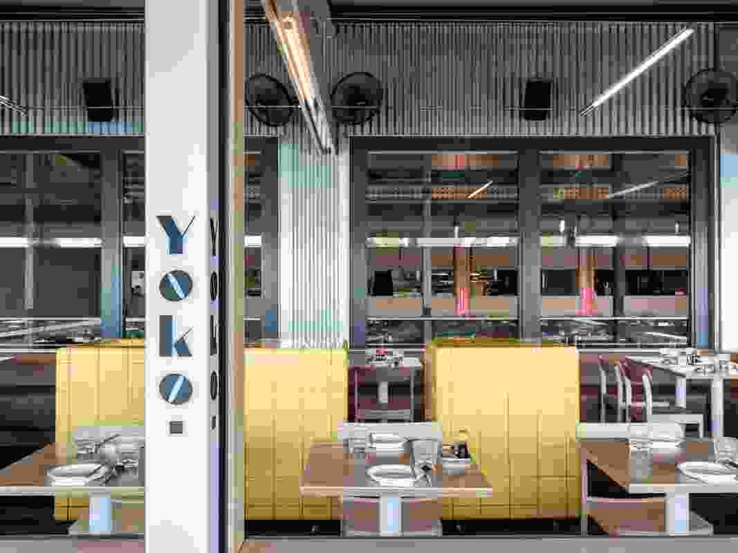户外餐饮空间是Yoko的前门,确立了餐厅在码头的存在。