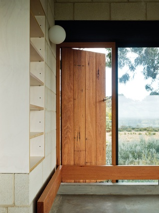 Curlewis House: Window seats provide space for contemplation of the landscape.