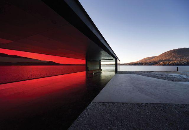 威尔金斯群岛点的简单和元素展馆,作为第二阶段的一部分交付,突出到海湾。