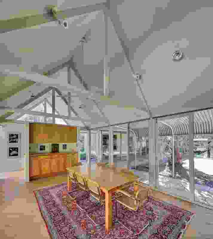 Unlike a typical homestead, Hambrett House has glass walls; the verandah offers a protective threshold.