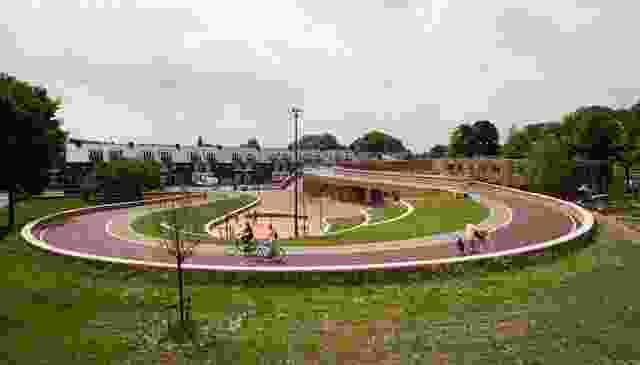 Next建筑事务所为位于阿尔乌得勒支的Oog的Dafne schip珀斯布鲁格(Dafne Schippers Bicycle Bridge)设计了一座自行车、人行桥、学校和公园。