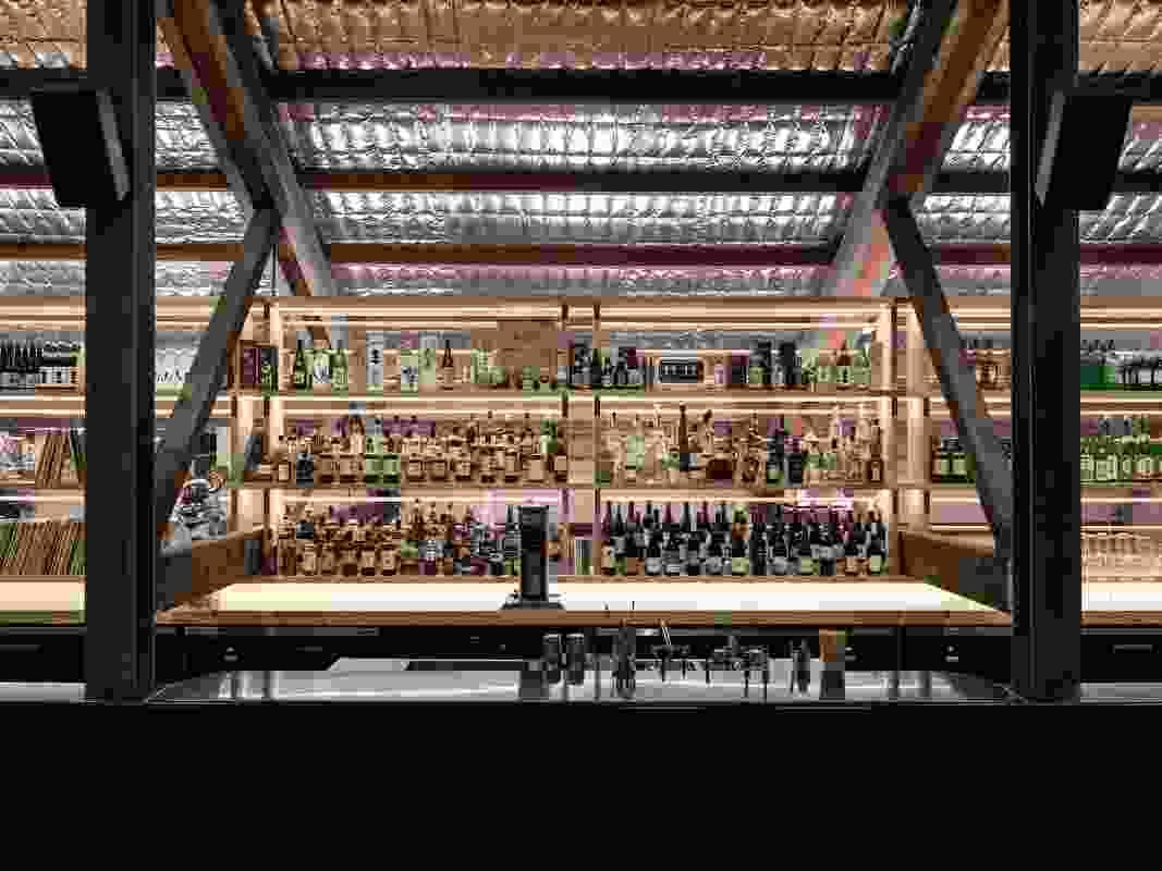 夹层酒吧用日本清酒、威士忌和烈酒装饰,让人想起你在金阁找到的宝藏。