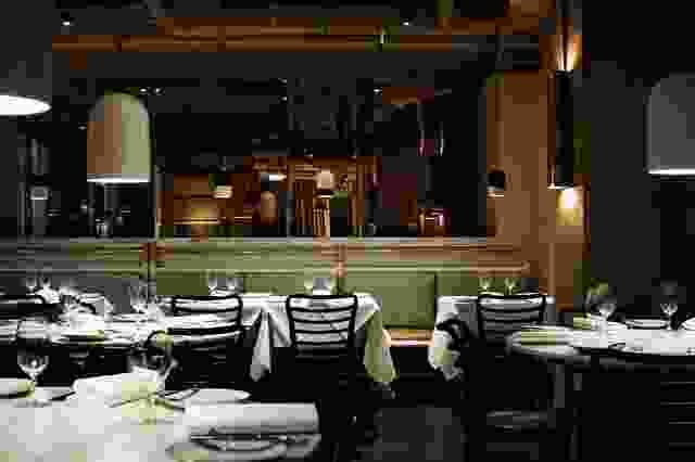 在餐厅上方盘旋(从铜镜中可以看到),裸露的服务设施和天花板被漆成杏黄色。
