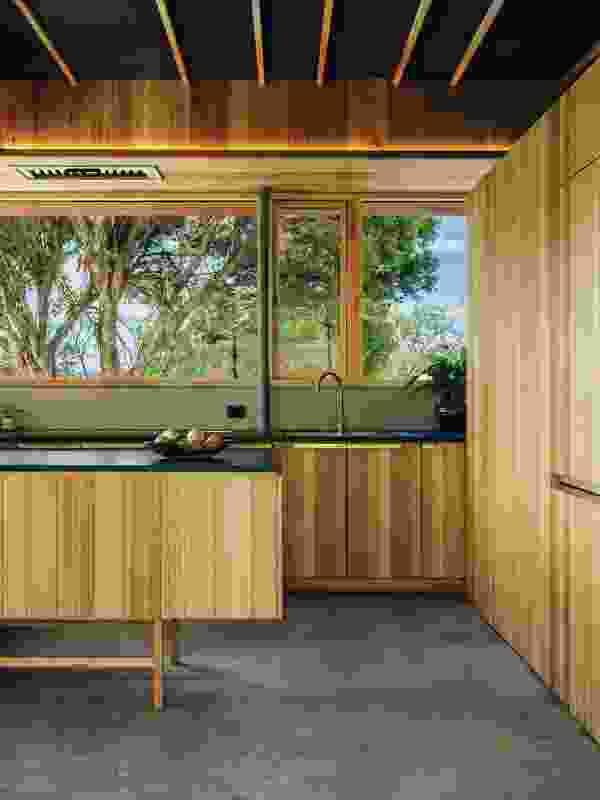 坚实的塔斯马尼亚橡木细木工和玄武岩台式创造了一个温暖和触觉的厨房。