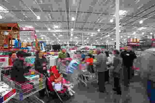 满意的顾客在丰富的商品中穿梭。