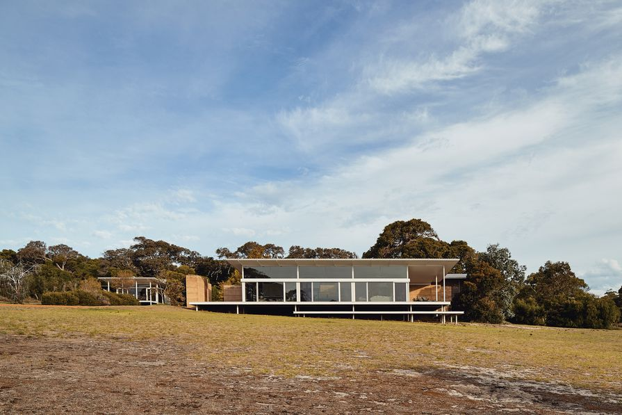 On a treed escarpment above Margaret River, the long, east–west axis of Ooi House captures and amplifies the essence of the place.