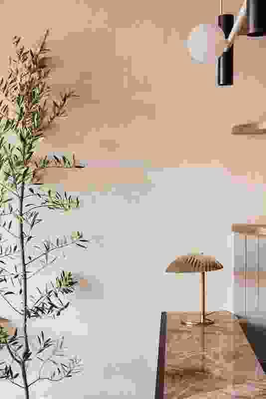 橄榄树,独特的照明和复古陶瓷有助于唤起意大利南部的感觉。