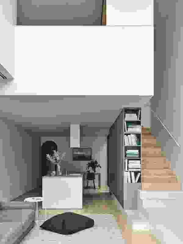 混凝土基座作为台阶和方便的永久性台阶凳,用于客厅的书架。