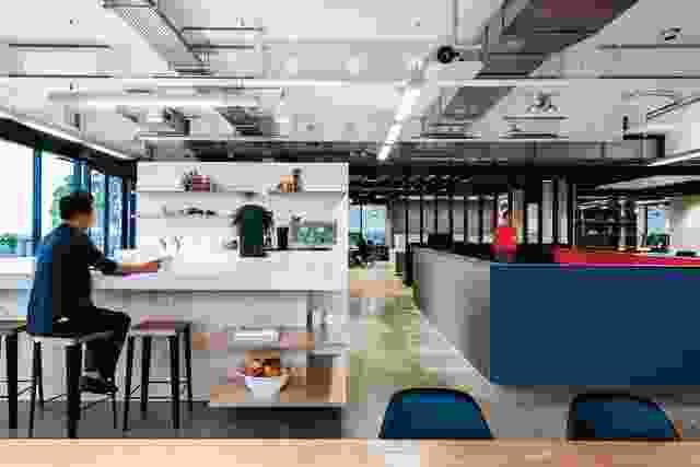 办公室的厨房配有单片厨房长椅,享有悉尼港的景致。