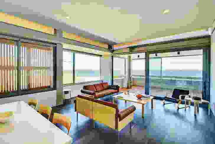 Living spaces are open to the beachfront, which allows the breeze to pass through the apartments to the private zones at the back.