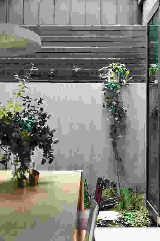 南雅拉宫的餐厅通向一个翠绿的庭院花园。