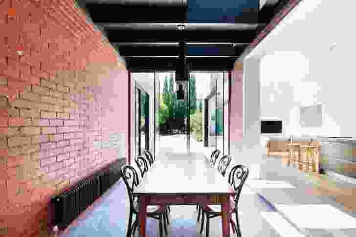 The internal courtyard space is used as a  dining area. Artwork: Mabel Juli, Karrgin Ngarrangkarni – Moon Dreaming, 2002.