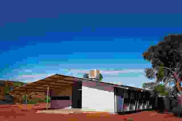 南澳大利亚州Mimili的住房(2011年)是专门为远离家人的单身男性设计的。