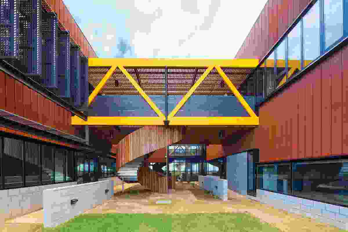 A pair of parallel two-storey rectangular forms house the offices and meeting rooms and are linked by bridges containing the services.