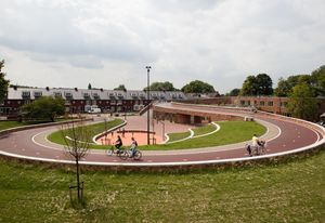 Next Architects' design for Dafne Schippersbrug (Dafne Schippers Bicycle Bridge) in Oog in Al, Utrecht integrates a bicycle and pedestrian bridge with a school and a public park.