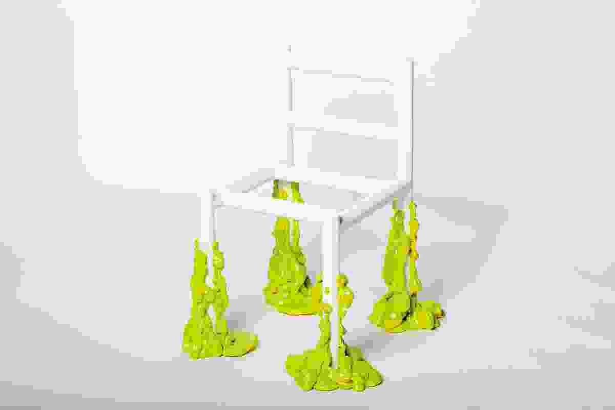Goo椅子(2019年)的特点是腿可以渗出框架之外。