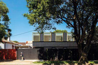 一个为年轻一代提供三间卧室的二层长房子延伸了前边界的长度。
