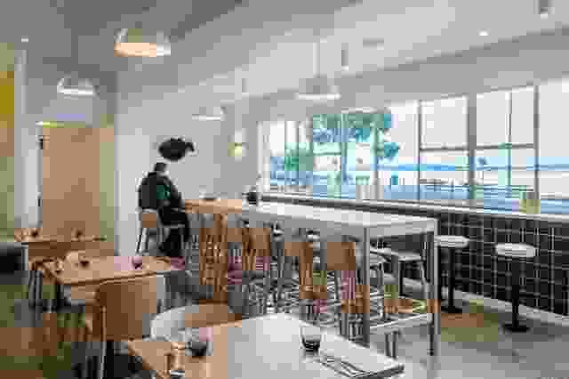 设计师已经做了小的动作来创造一个捕获和反射海滨光的俏皮空间。