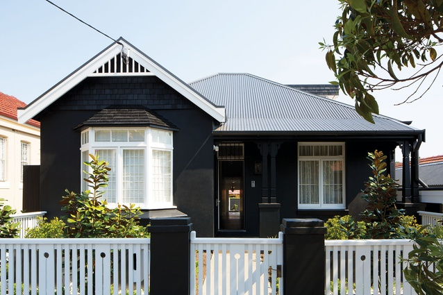 Black house architectureau for Black roof house