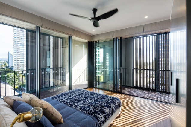 ull-height glazed doors connect the bedrooms to the screened external spaces, which are private despite their unimpeded view of the outdoors.