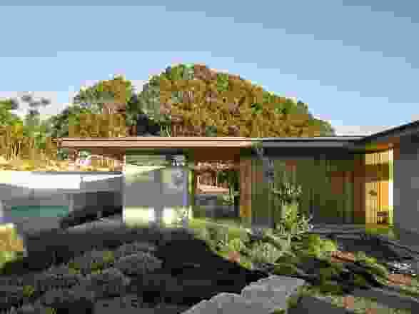"""Coolamon住宅是为昆士兰州一个壮观的坡地而设计的,它""""轻轻地坐落在土地上""""。"""