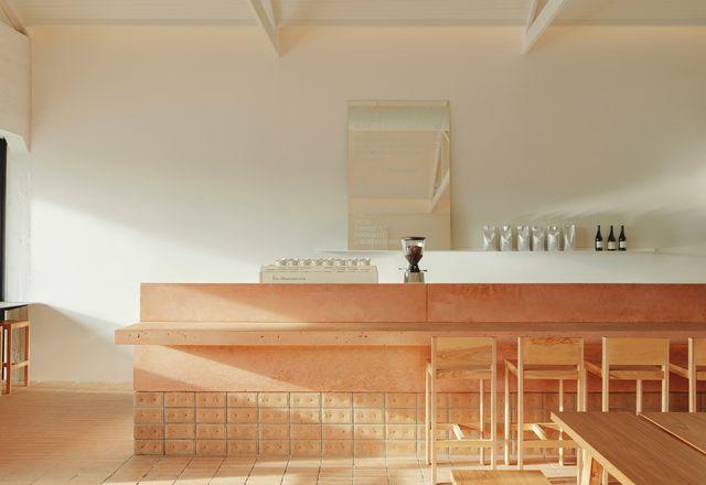 宽敞的奶油砖地板,其堆叠粘合图案,将混凝土计数器爬升。