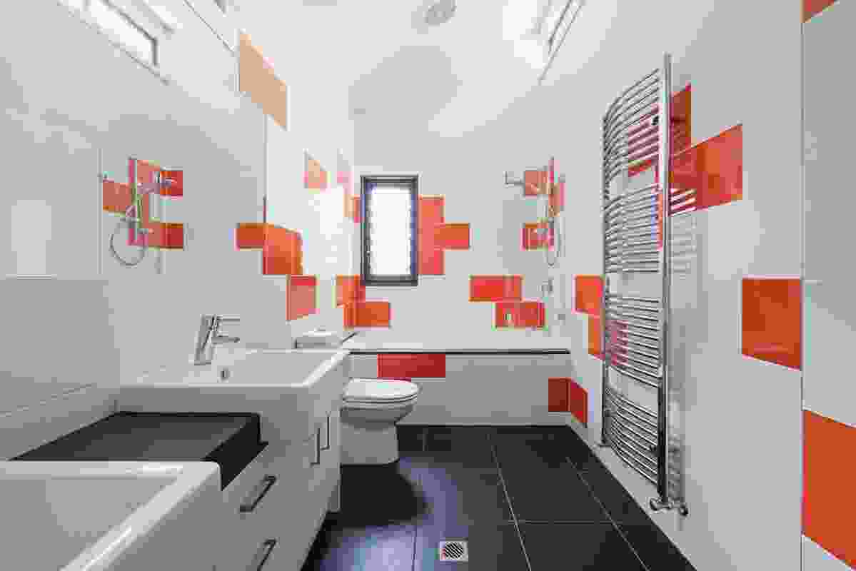 The staggered pattern of the flooring is reflected in the bathroom tiling.