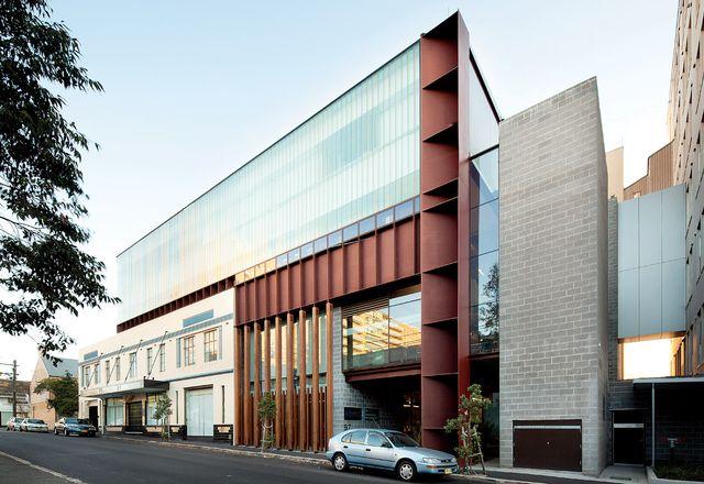 """沿着学院的教堂街向南。右边的钢箱梁容纳了入口和""""垂直街道""""。"""