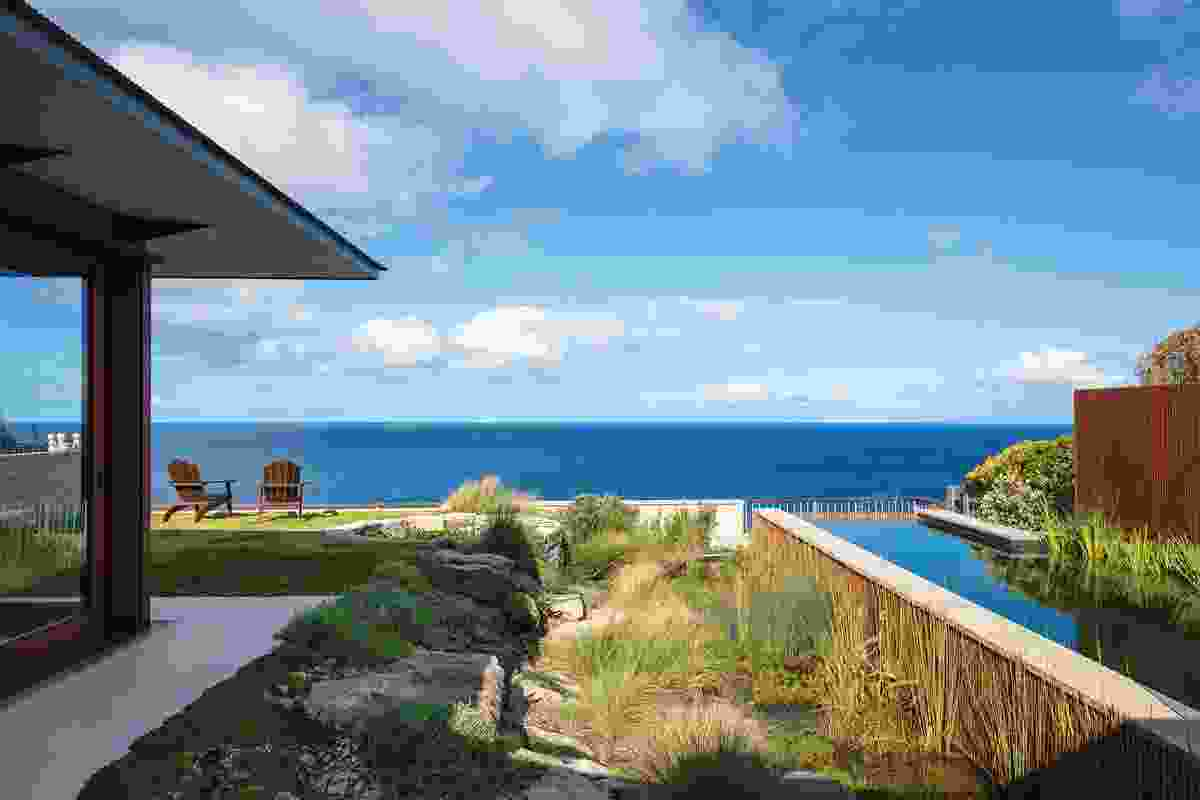 Clifftop Garden contextualizes an existing house by architect Paul Pholeros and natural pool within the site's dramatic clifftop location.