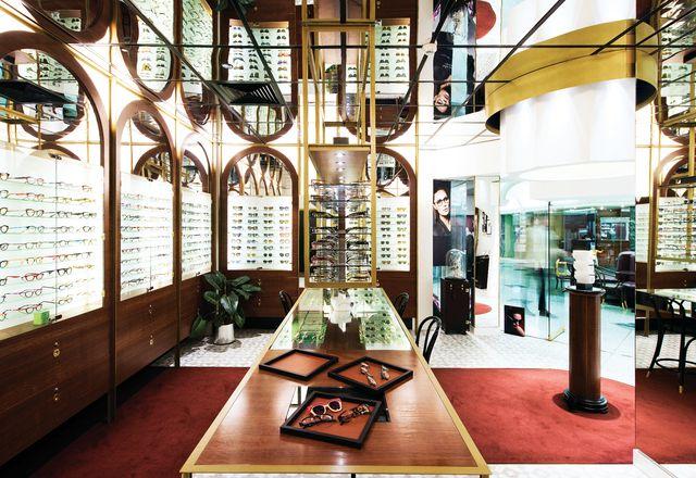 背光,磨砂玻璃和透明的玻璃架的位置,眼镜前面和中心。