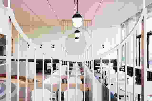 木材屏幕用于区域用餐空间。木材拱的确切放置与后墙上的双定位圈对齐。