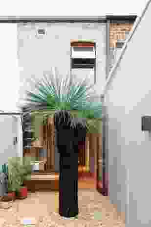 莱利的露台由两个亭子组成,两个亭子穿过一个开放的庭院。