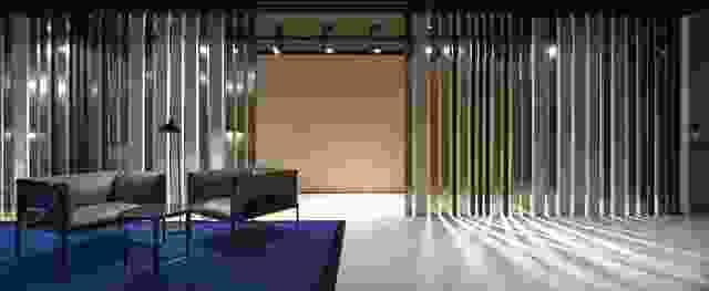 采取条形码的形式,三个饰面色调铝屏幕封闭公共区域。