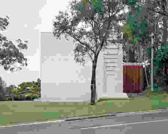 Couldrey House探索了布里斯班不断变化的气候与厚重建筑之间的契合,其透明的墙壁暴露在阳光下。