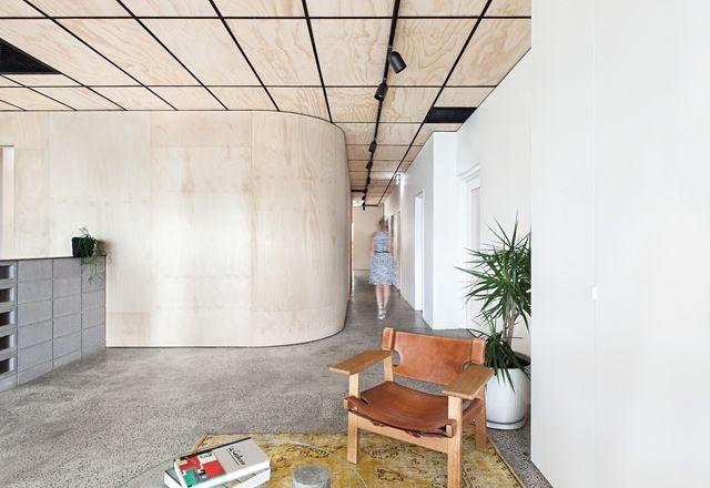 碉堡拥有两家公司在上层。进入建筑公司的办公室方面,参观者迎接了一个混凝土和胶合板的调色板。