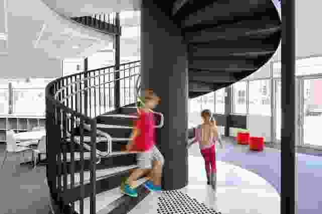 螺旋楼梯在两层体量的中心形成了一个宏伟的姿态。
